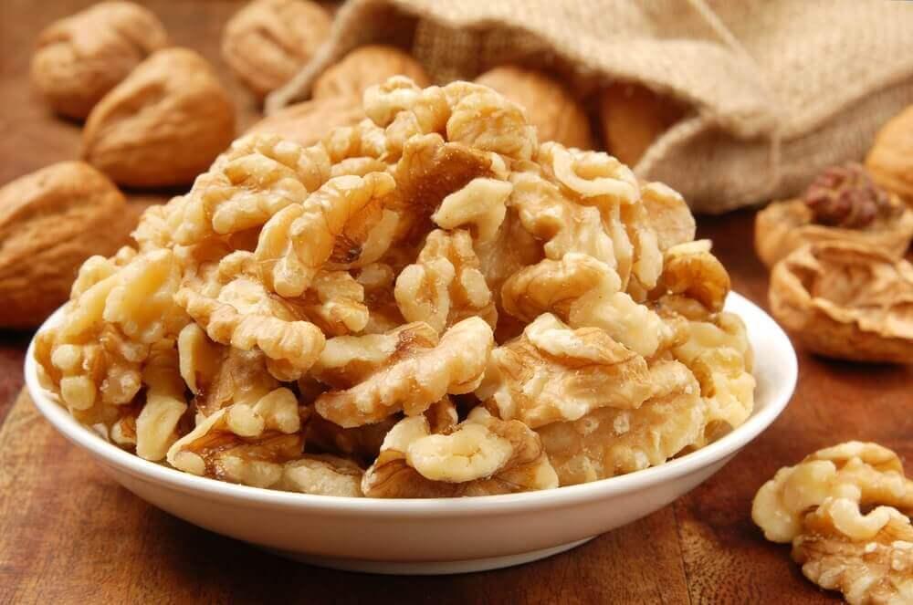 Valnötter i vit skål