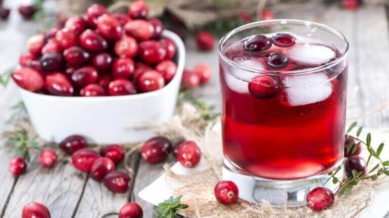 Färska tranbär och juice