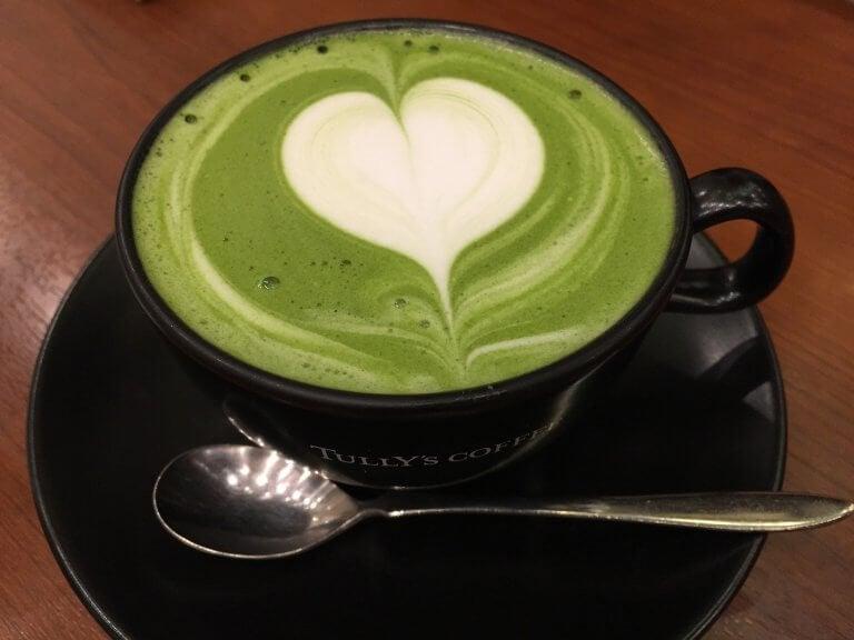 En kopp grönt te med lattehjärta
