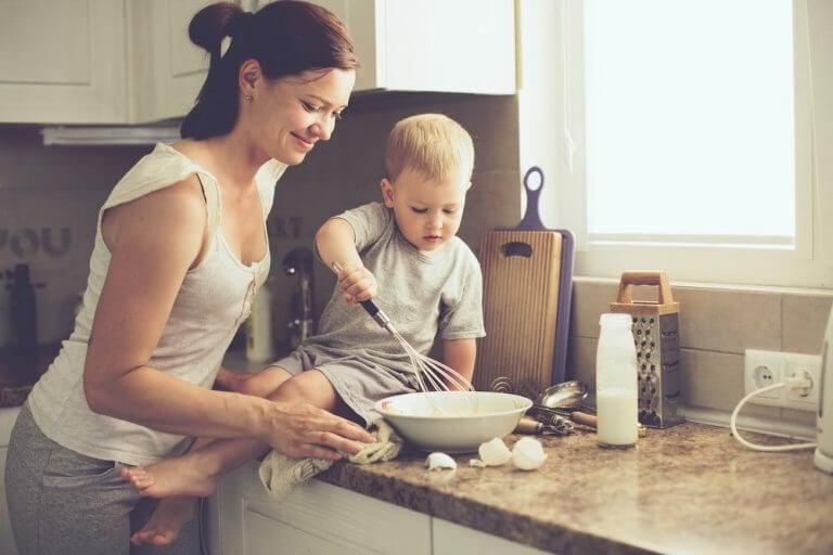 Mamma och barn i köket
