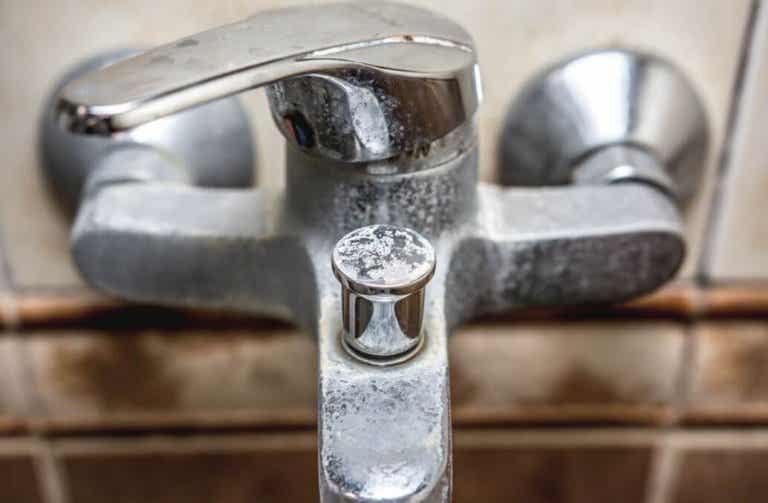 Hur man tar bort kalkavlagringar från badrummet naturligt