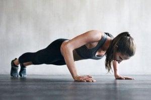 Du kan variera armhävningarna genom att göra dem på en arm