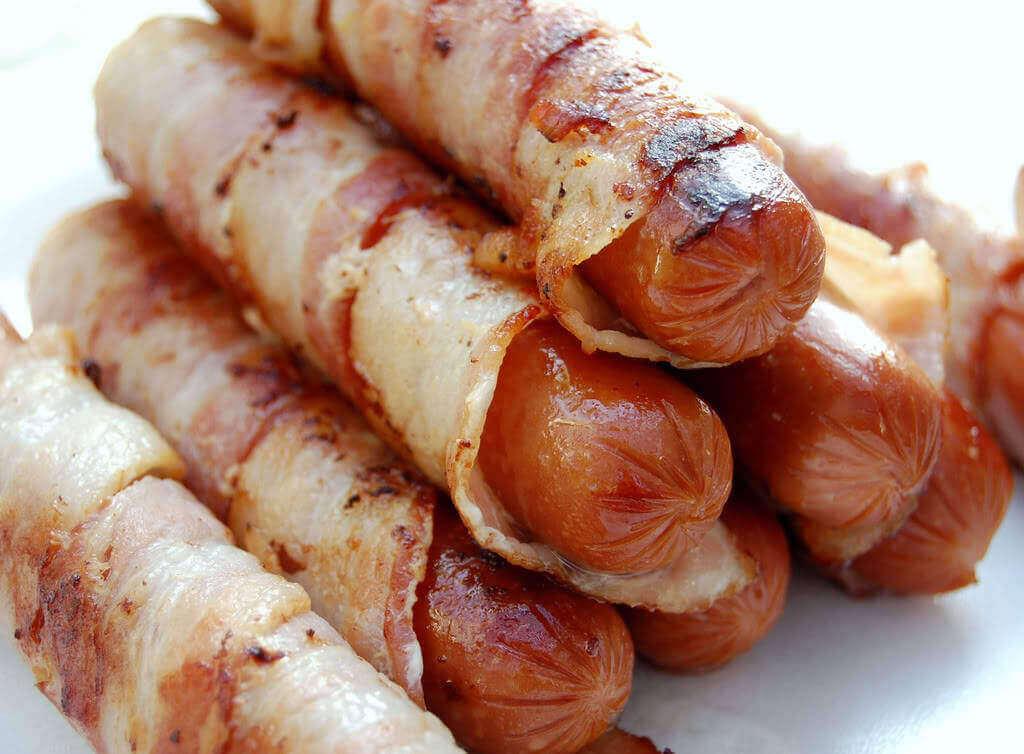 Korv-omlindad-med-bacon.