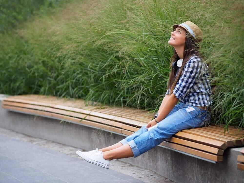 Kvinna på parkbänk