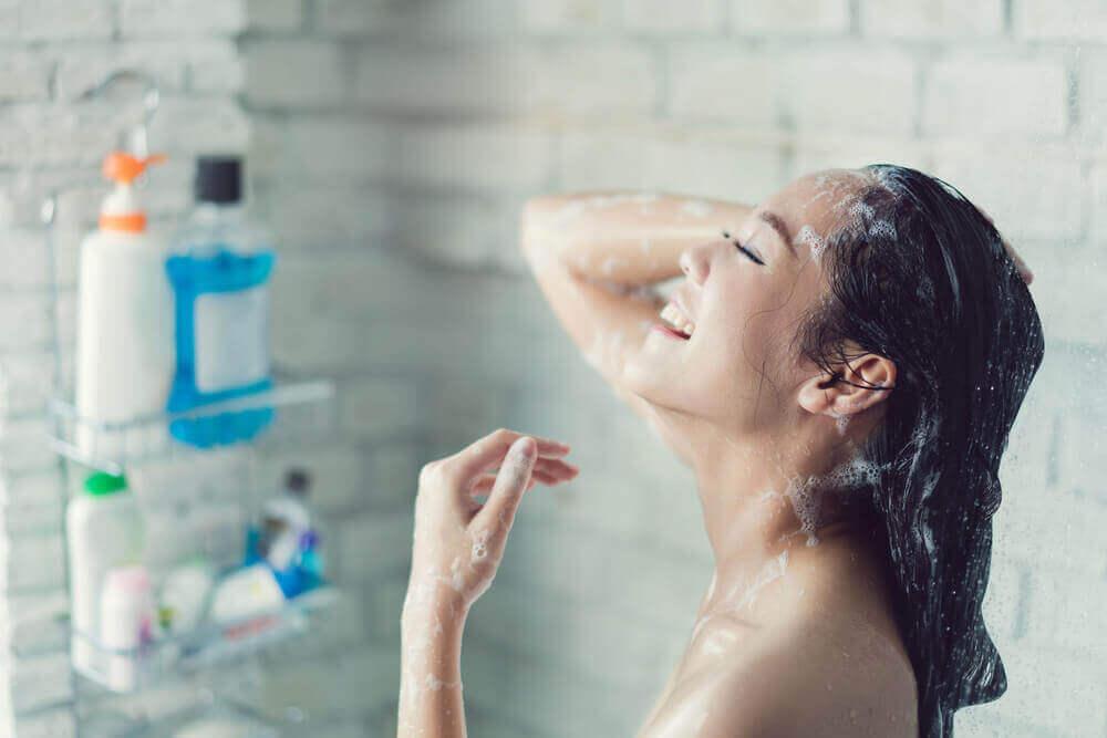 Kvinna som duschar.