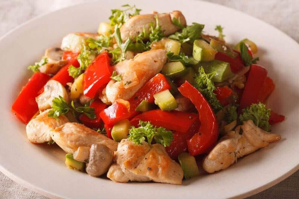 Kyckling och grönsaker på tallrik.
