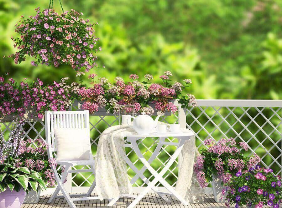 Lila och rosa blommor i trädgården.