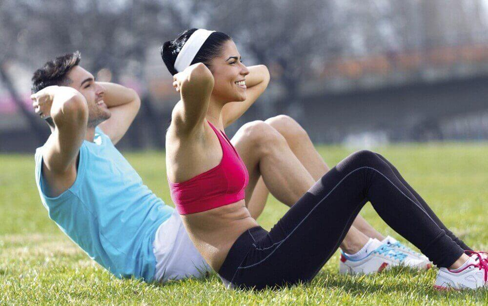 Man-och-kvinna-som-tränar.