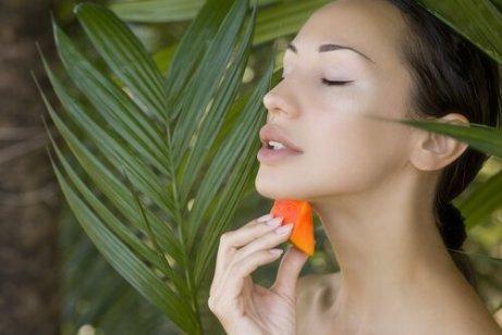 Gör en mask på papayakärnor