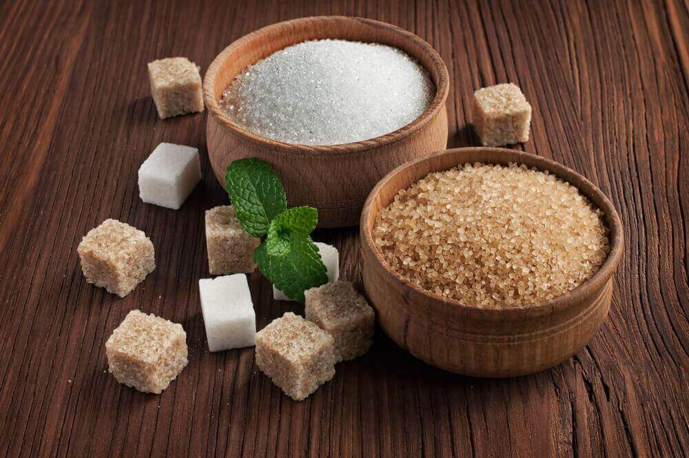 Raffinerat socker i träskål.
