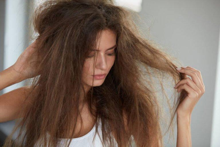 mot slitet hår