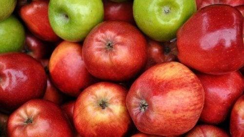 Äpplen med skal.