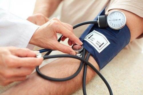 Blodtrycksmätare på persons arm