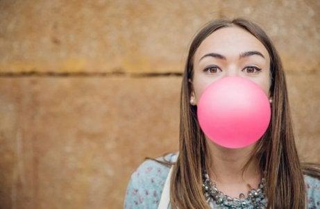 Kvinna blåser bubbla