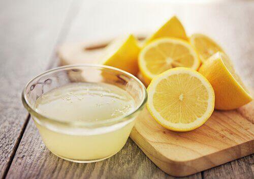 marinad med citronjuice i liten glasskål
