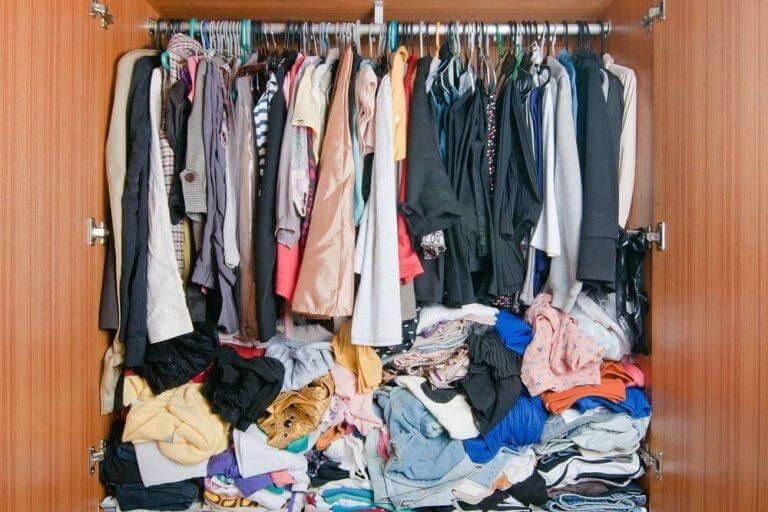 Organisera förvaringen och få bukt med klädhögarna