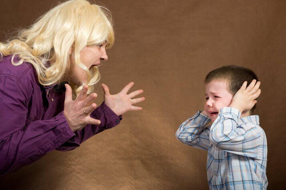 Mamma skriker på barn