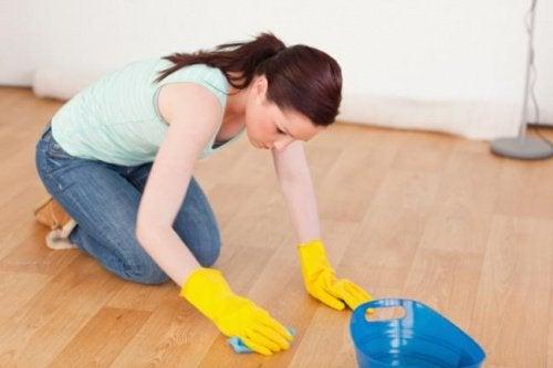 kvinna-rengör-golv