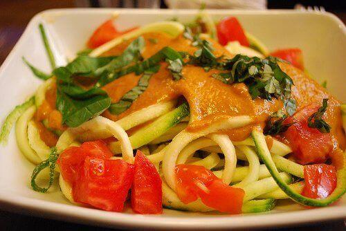 Steamade grönsaker med spaghetti.