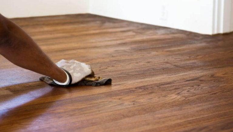 Ta bort repor från golvet snabbt och enkelt