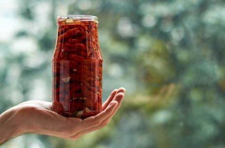 soltorkade tomater i glasflaska