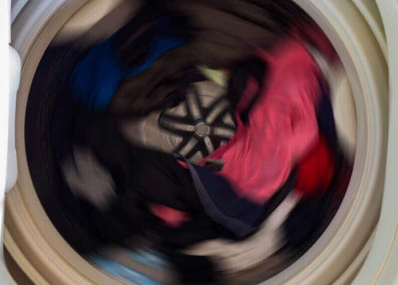 Lägg aluminiumbollar i tvättmaskinen