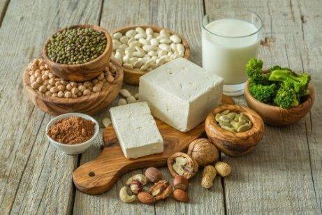 veganska proteiner: kikärtor, tofu, bönor, broccoli, nötter