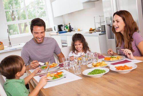 Familj vid matbordet