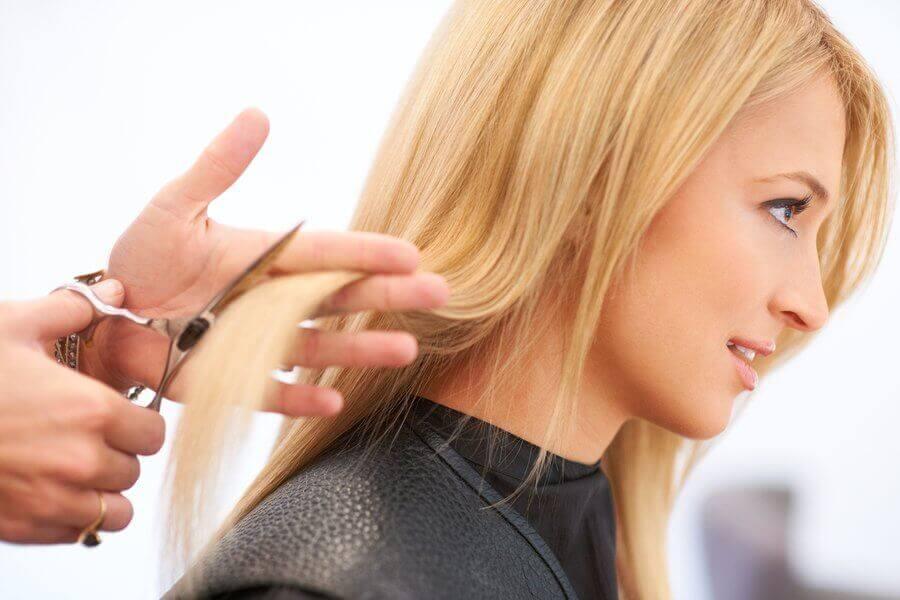 Kvinna hos frisören