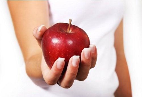 Sallad med äpple och kyckling.