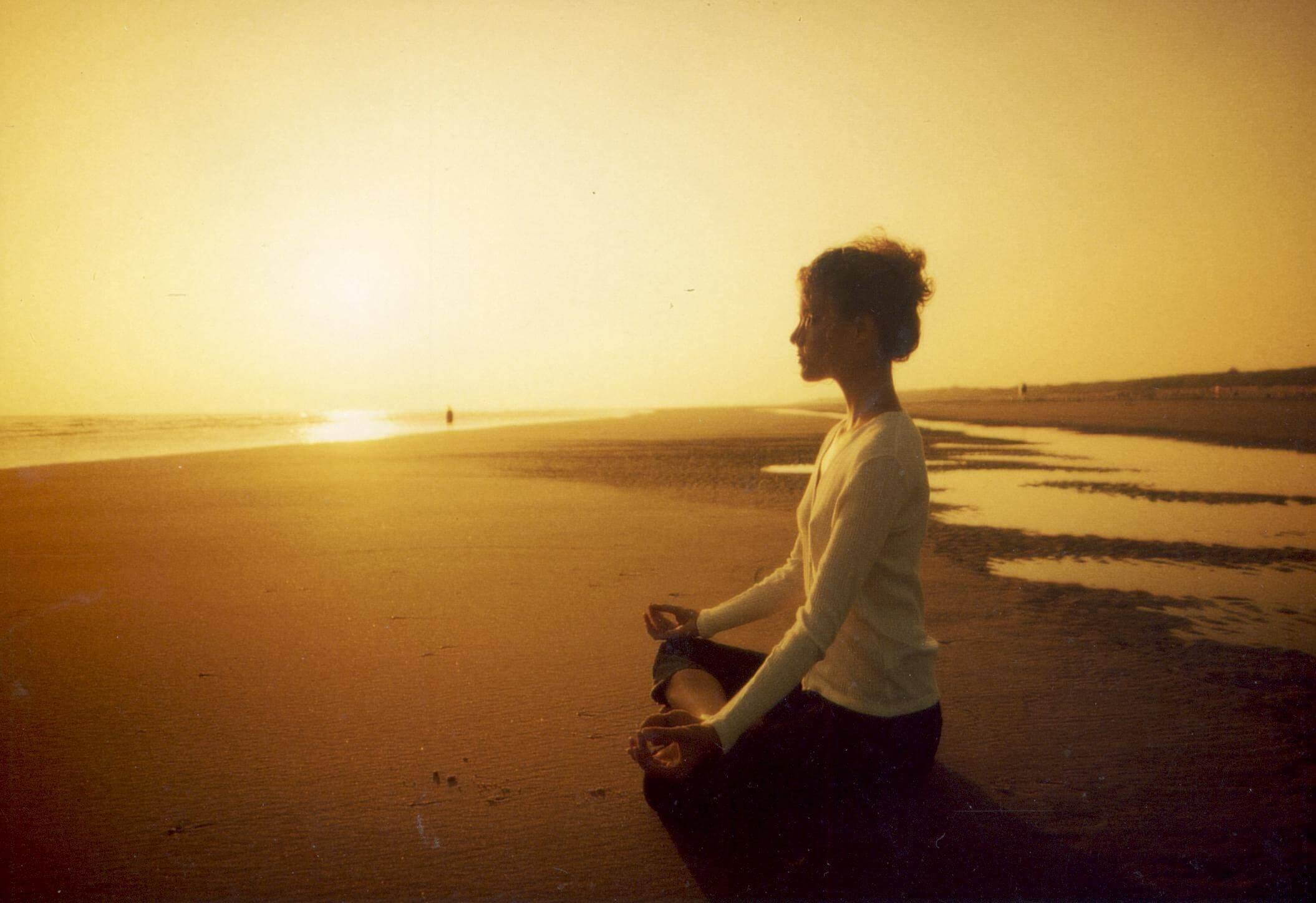 Meditera och utför yoga