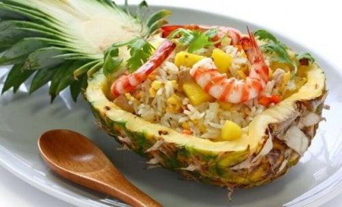 Sallad med räkor och ananas.