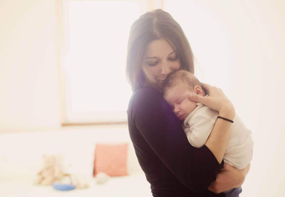 Sovande bebis med mamma
