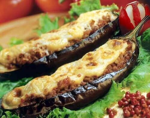 Aubergine med köttfyllning och ost