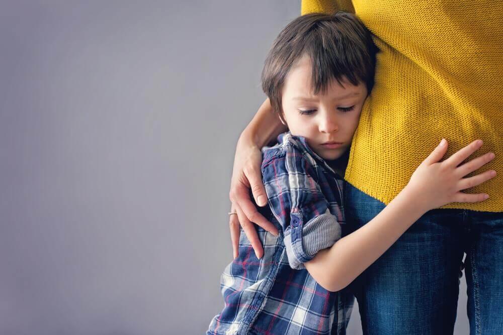Barn kramar sin mamma