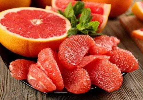 Grapefrukt är fiberrikt och sockerfattigt.