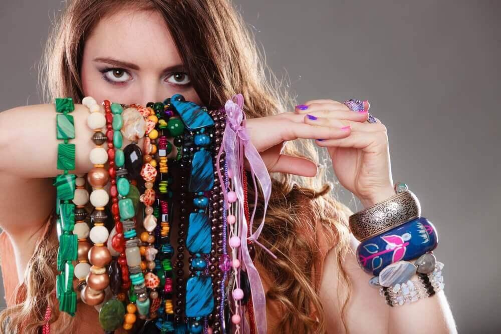 Kvinna med armband.