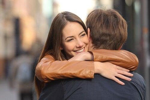 Lyckling kvinna som kramar man.
