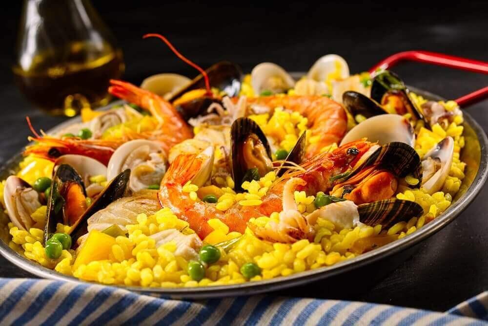 Paella med skaldjur.