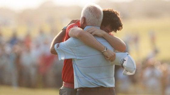 Pappa som kramar son.