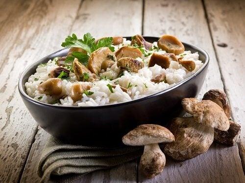 Skål med ris och svamp.