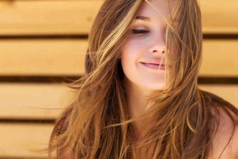 Bli av med kluvna hårtoppar utan att tappa hårlängd