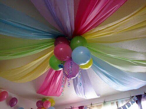 Ballonger och tyg i taket.