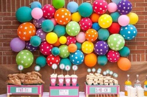 Ballonger som väggdekoration.