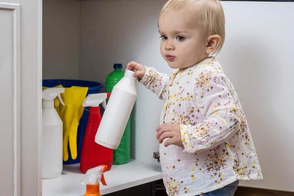 Barn med rengöringsprodukt