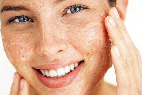 kvinna exfolierar huden på ansiktet