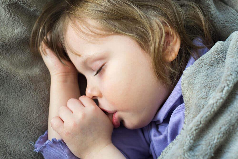 4 tips för att få barn att sluta suga på tummen