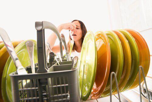 Illaluktande diskmaskin