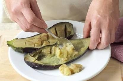 Koka eller ugnsbaka äggplantan för att få ur köttet