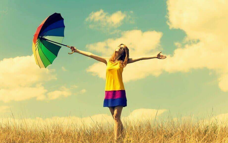 Kvinna i regnbågskläder